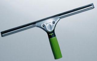 Качественное мытье окон с помощью скребка (склиза)