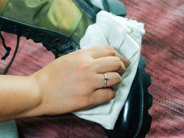 Как легко убрать царапины с лаковой обуви