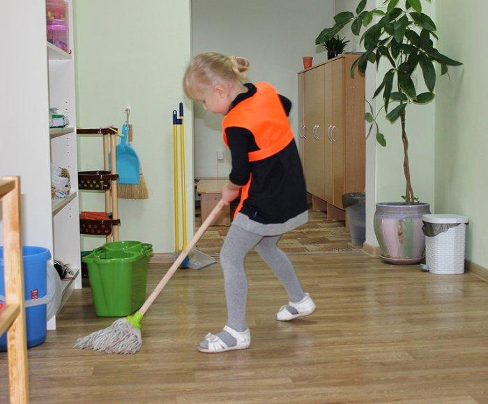 Мытье полов в детском саду