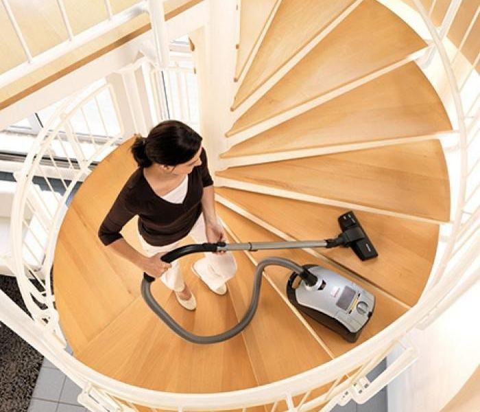Чистка лестницы пылесосом