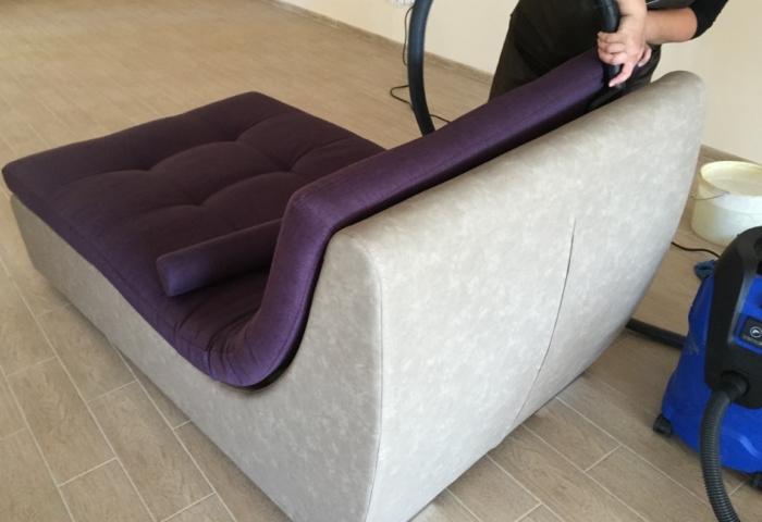 Очищение мебели от пыли пылесосом