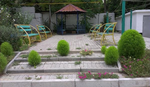 Беседка и скамейки в уютном дворе