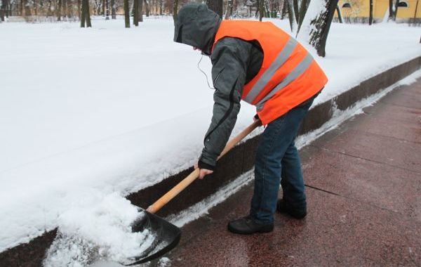 Уборка мокрого снега с тротуара