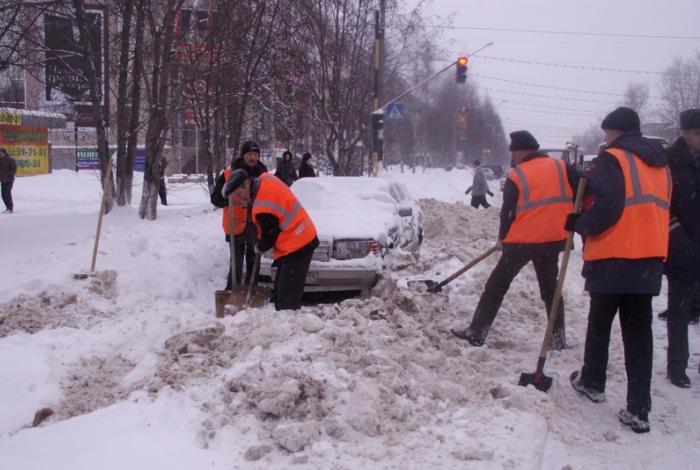 Коллективная уборка снега