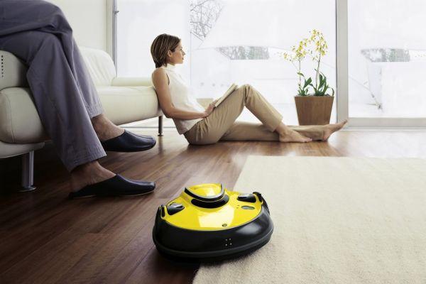 Робот-пылесос убирает гостиную