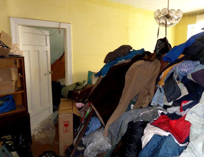 Выкидываем старые вещи из дома