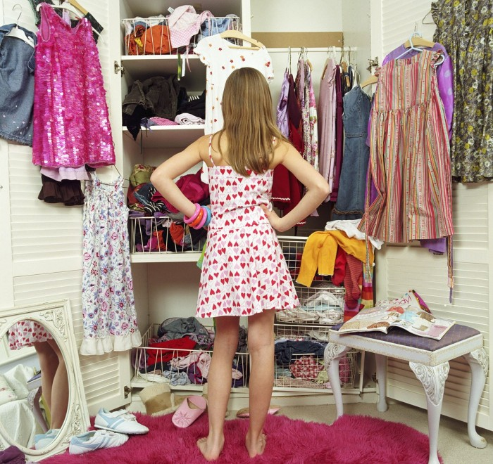 Девочка убирается в шкафу