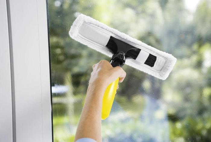 Процесс мытья стекла специальным устройством