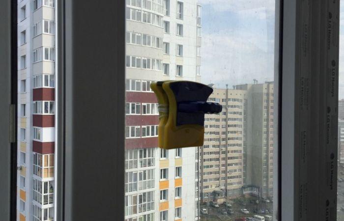 Магнитная щетка в работе на окне