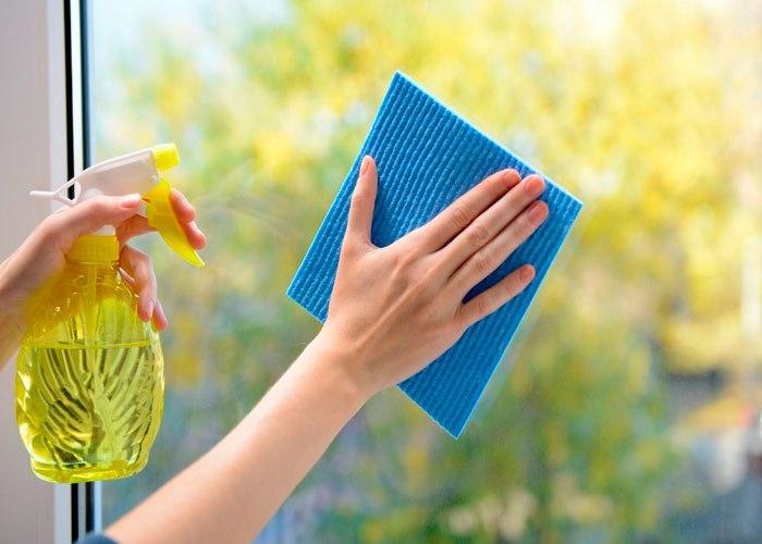 Мытье окон с помощью моющего средства