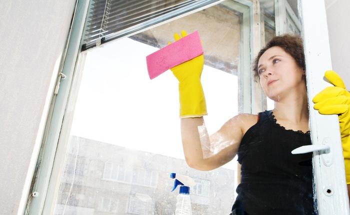 Мытье окон в резиновых перчатках
