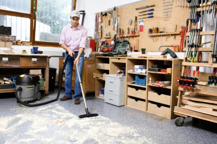 Работа с пылесосом в гараже