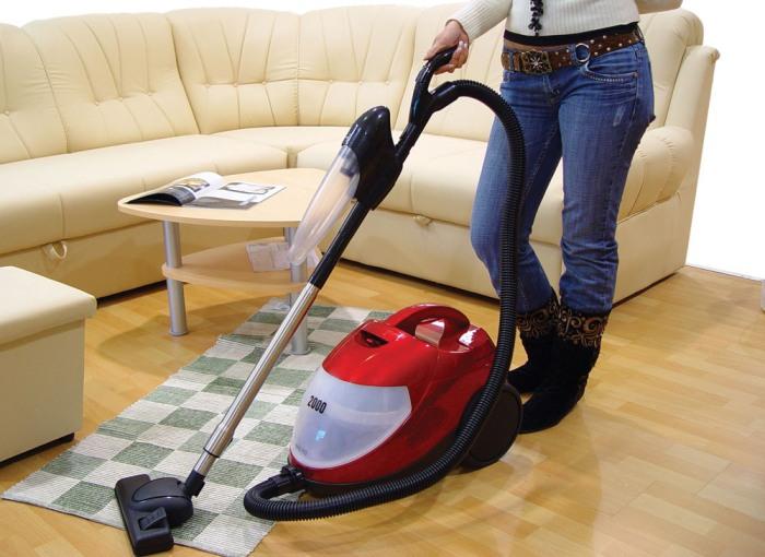 Применение пылесоса во время уборки в квартире