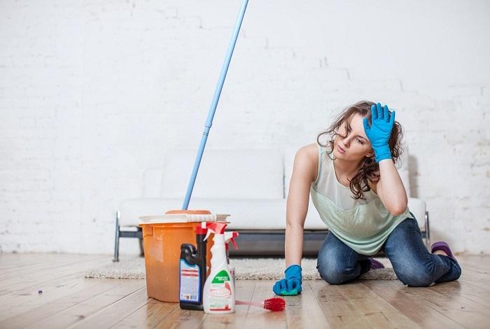 Мытье полов на корточках