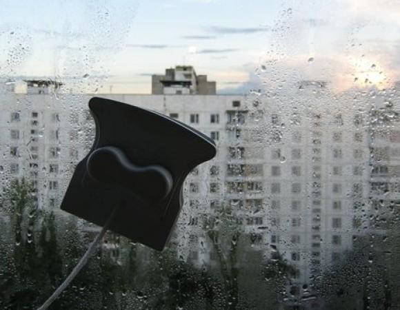 Мытье окон при помощи магнитной щетки