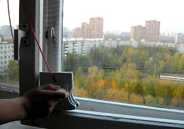 Мытье окна плавными движениями