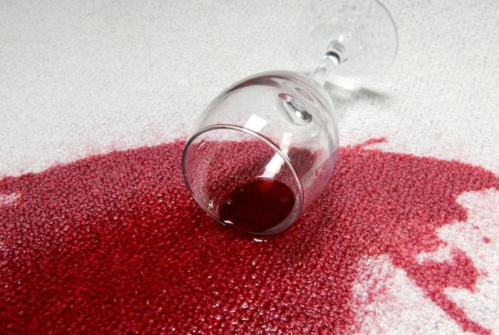 Пролитое красное вино на ковре