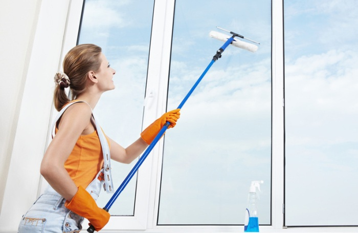 Мытье окна телескопической шваброй