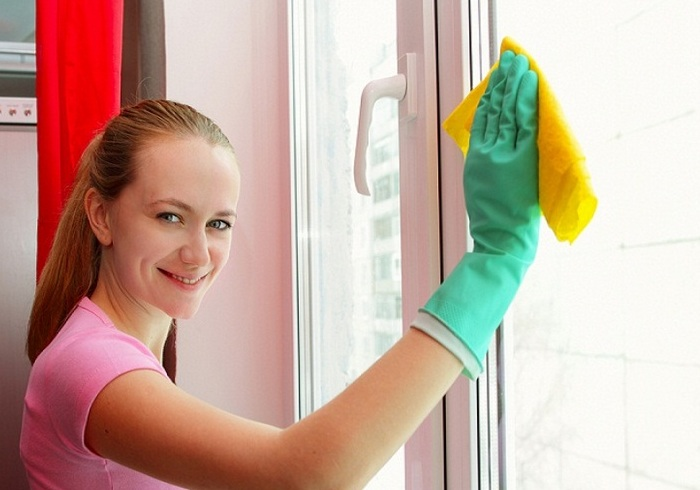 Мытья окна мокрой тряпкой