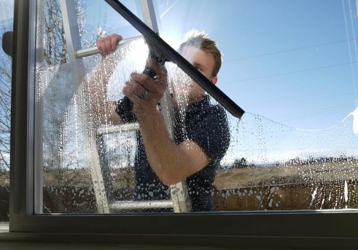 Мытье окна длинным сгоном