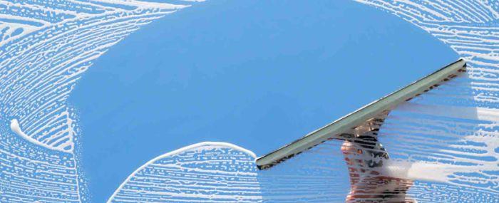Применение скребка для мытья окон