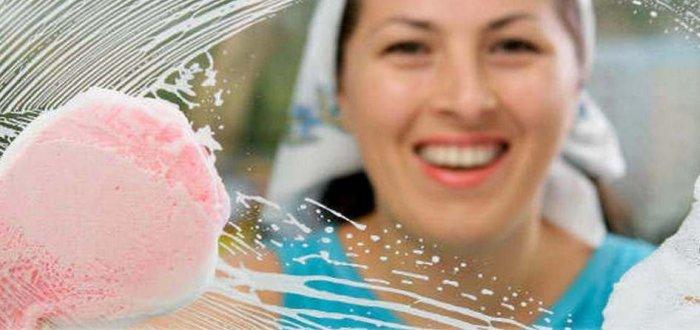 Мытье окна губкой и мыльным раствором