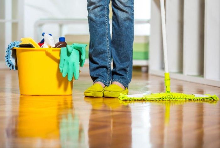 Мытье пола во время очередной уборки
