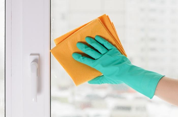 Мытье окон с помощью подручных средств