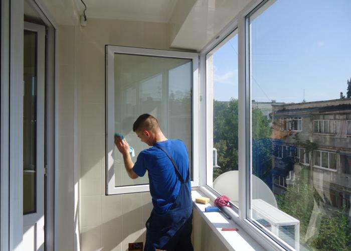 Тщательное мытье окон на балконе