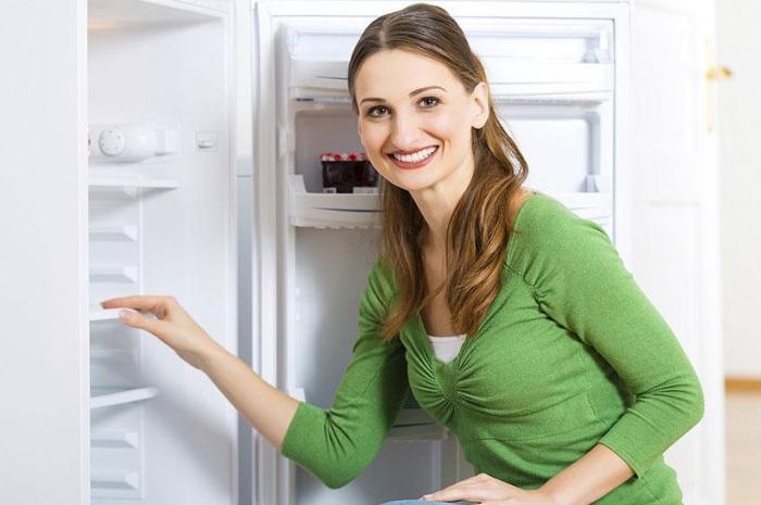 Убираемся в холодильнике с позитивным настроем