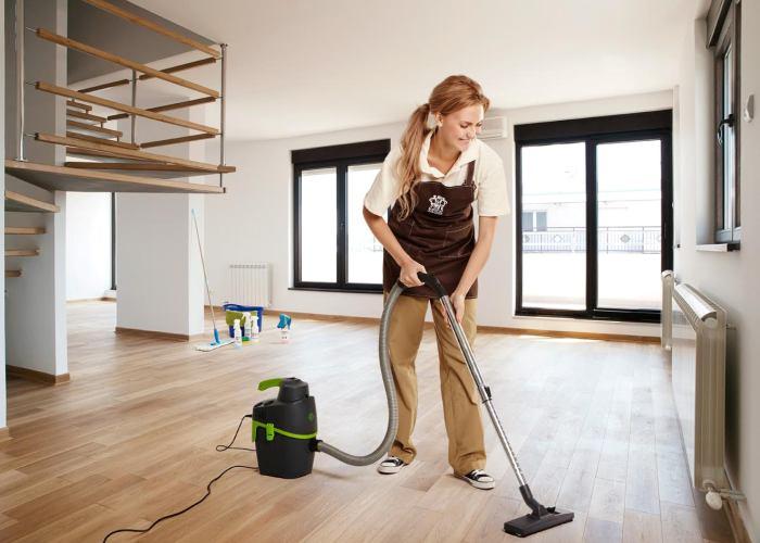 Использование пылесоса для уборки
