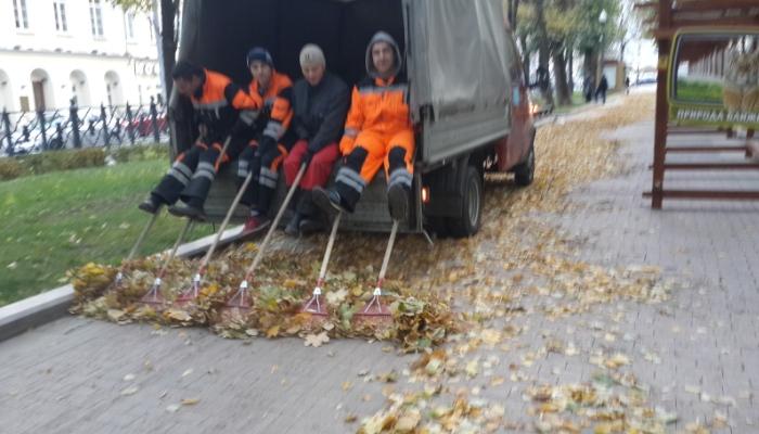Уборка листвы с территории дорог