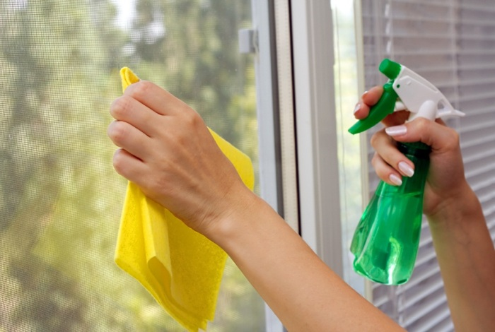 Мытье стекол специальным средством