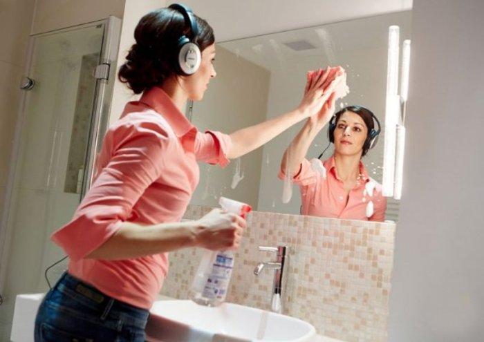 Мытье зеркала в ванне