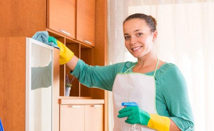 Одевайте перчатки при работе с химическими средствами