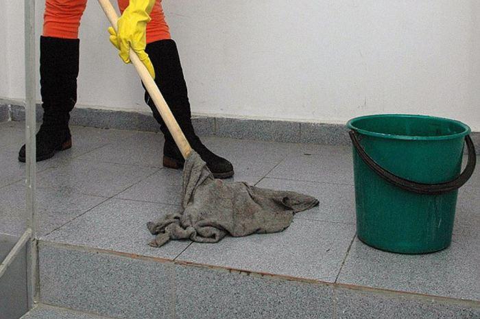 Мытье напольного покрытия в подъезде