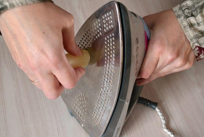 Какрандаш для очистки утюга похож на парафиновую свечу