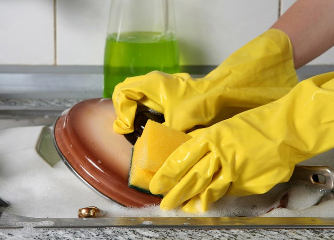 Одевайте резиновые перчатки во время уборки