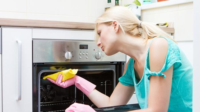 Чистая духовка задает тон интерьера кухни
