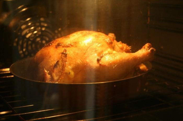 Курица готовится в чистой духовке