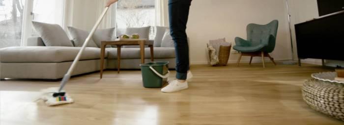Мытье полов шваброй в комнате