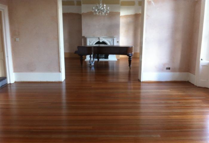 Вымытый линолеум в большой комнате