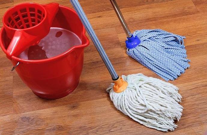 Мытье полов в квартире шваброй