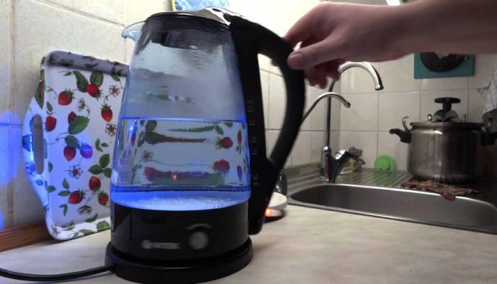 Современный чайник с прозрачной емкостью для воды
