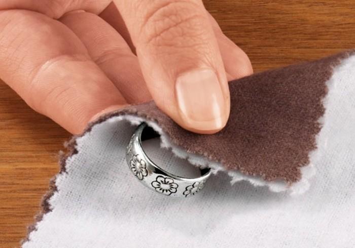 Небольшое кольцо из благородного металла