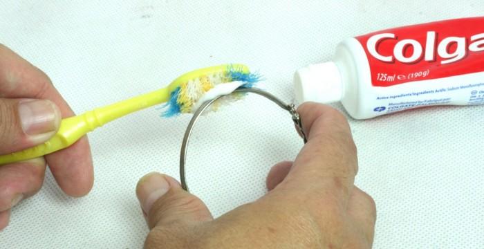 Использование известной зубной пасты
