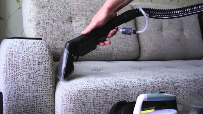 Чистка дивана при помощи пылесоса