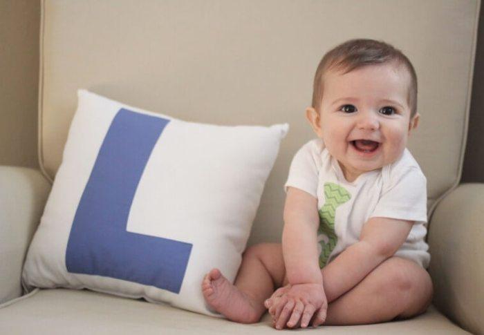 Малыш сидит на диване