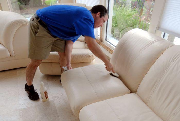 Очищение кожаного дивана специальными составами