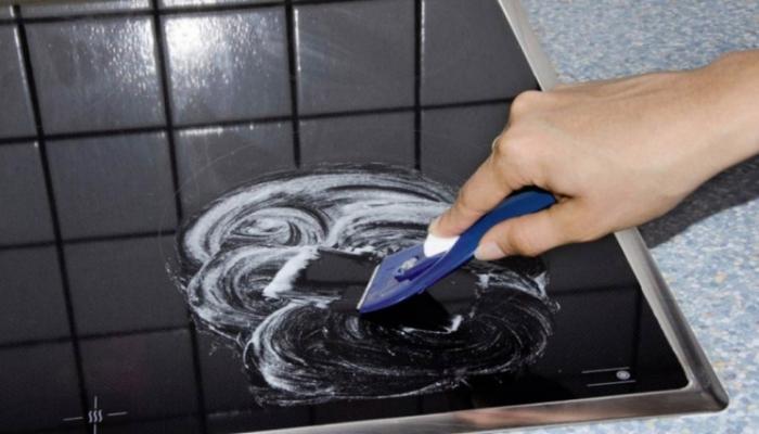 Как очистить стеклокерамическую плиту от грязи и нагара